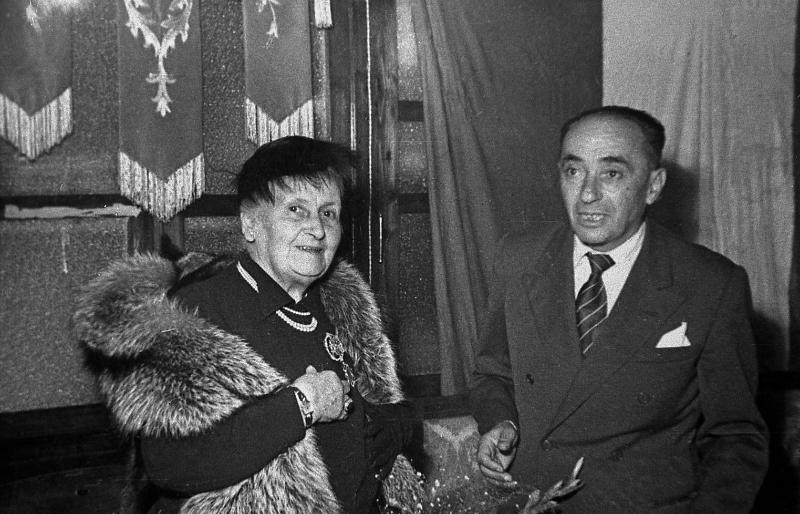 Maria Montessori in visita a Chiaravalle, sua città natale, nel 1950. In foto è ritratta con il Sindaco di Chiaravalle, Molinelli