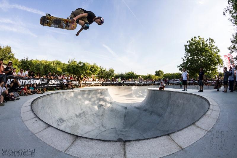 Adriatic Pool Party a Fano con ragazzo che vola sullo skate