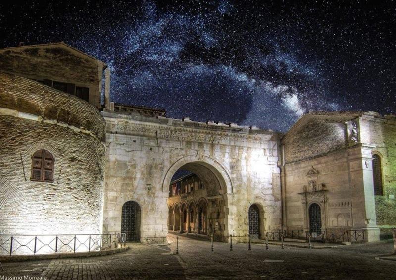 Arco d'Augusto di Fano in notturna
