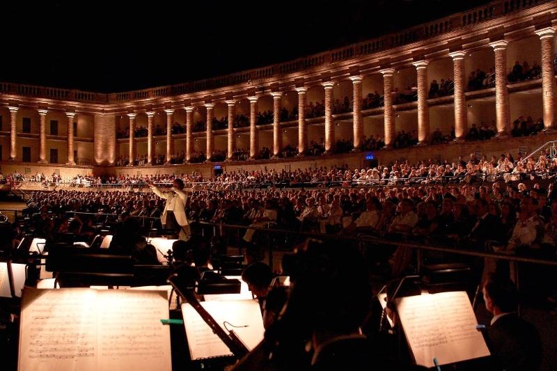 arena sferisterio macerata con direttore d'orchestra