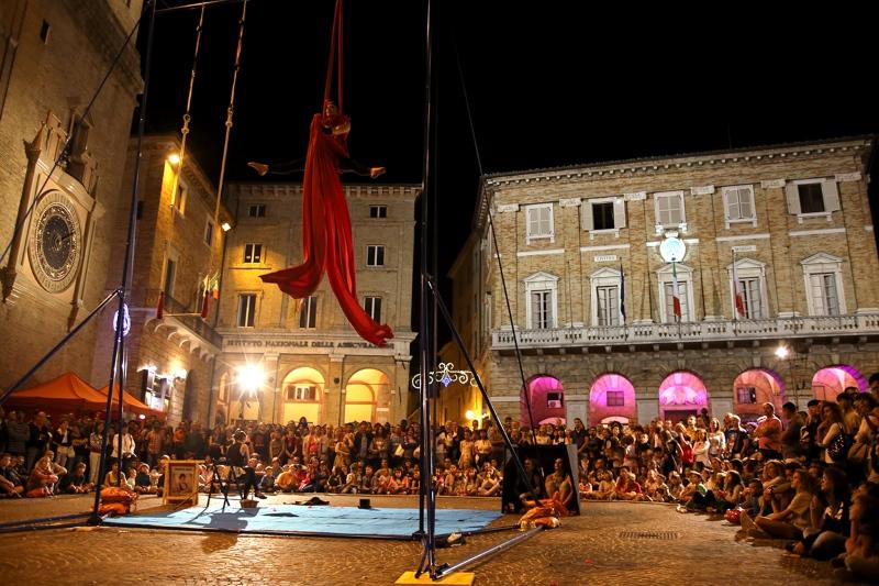 Circo di strada in piazza della Libertà a Macerata