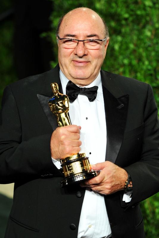 Dante Ferretti con in mano l'Oscar