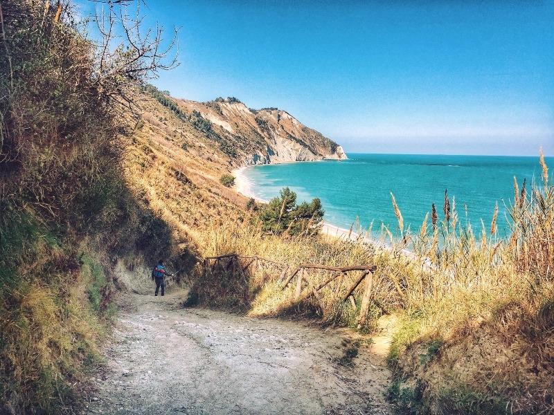 Sentiero per la spiaggia di Mezzavalle