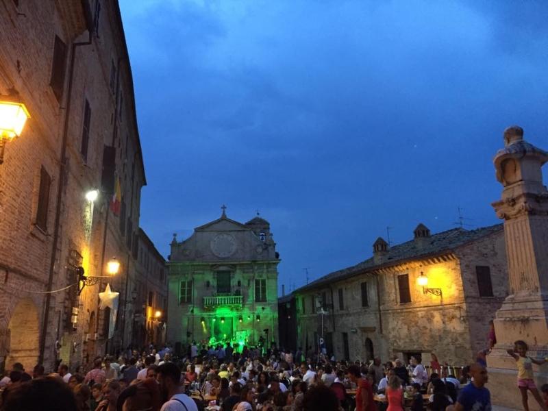 piazza gremita in piazza a Montalto delle Marche per la notte delle streghe