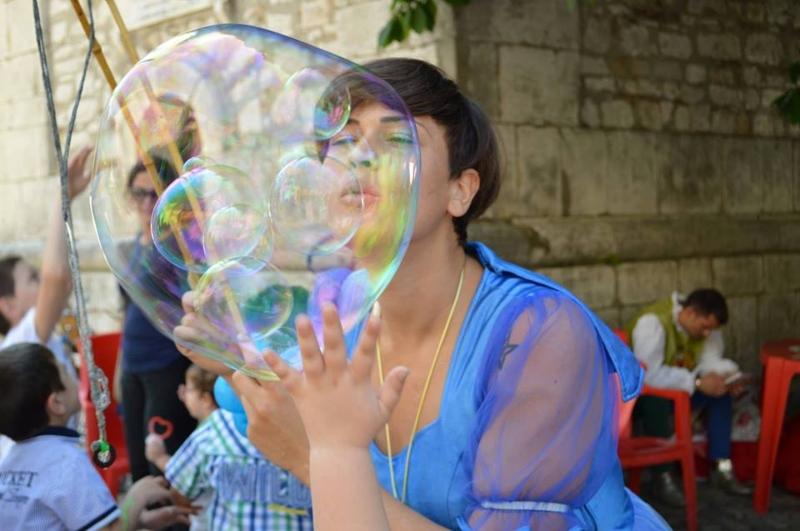 Spettacolo di bolle di sapone all'evento Offagna Buskers Festival