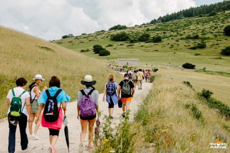 gente in cammino in montagna