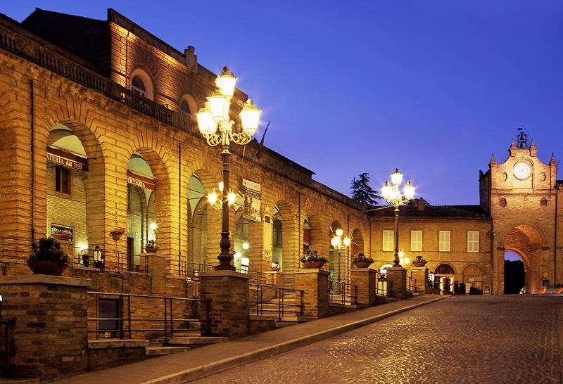 Piazza Risorgimento di Amandola in notturna