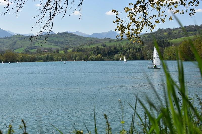 Barche a vela sul lago di San Ruffino