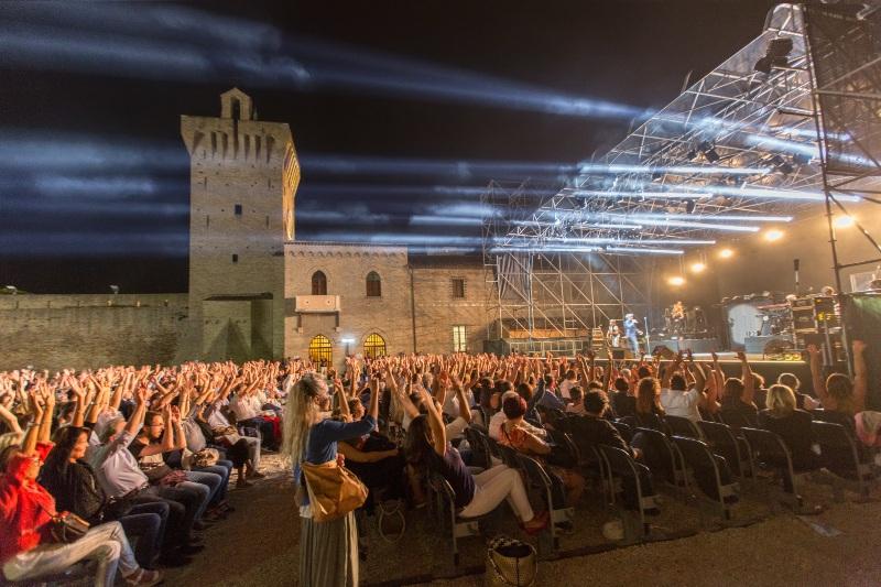 Arena Gigli all'interno del Castello Svevo a Porto Recanati durante un concerto