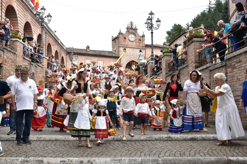 Bambini alla festa delle canestrelle ad Amandola