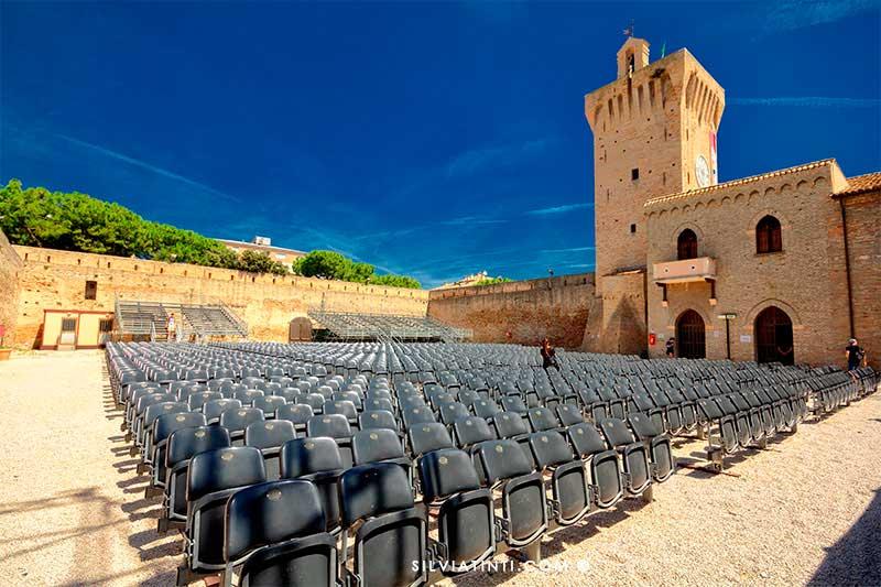 Arena Beniamino Gigli con sedie e torre
