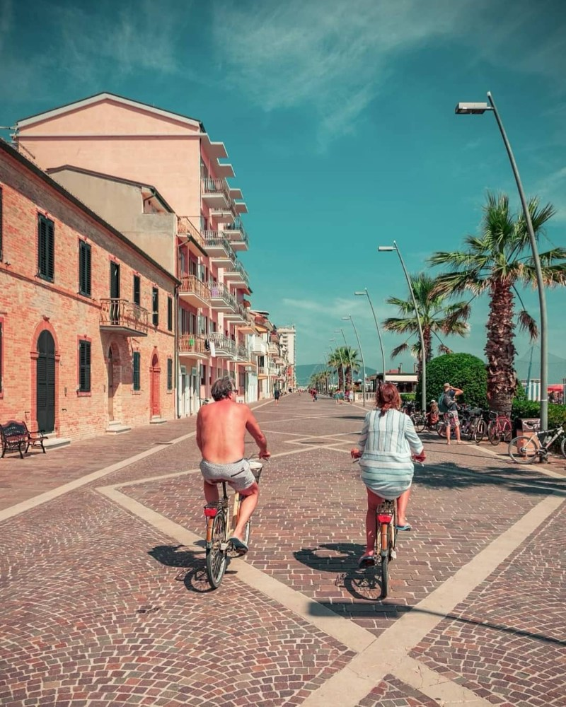 due ciclisti pedalano nel lungomare di Porto Recanati