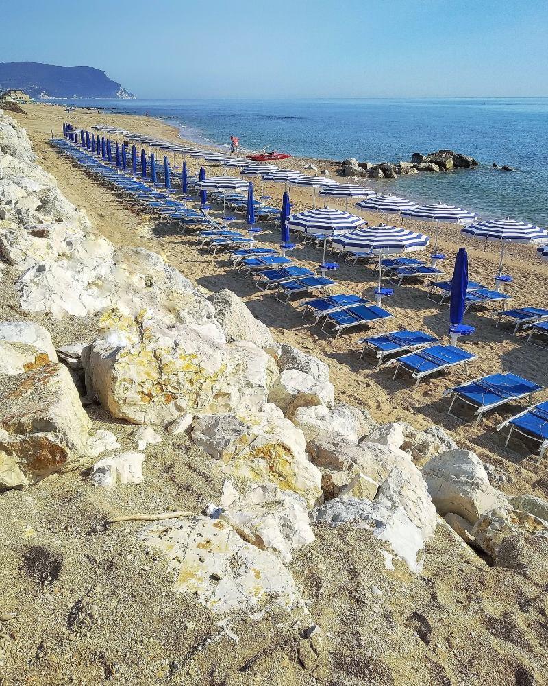 spiaggia di Porto Recanati con ombrelloni e Monte Conero sullo sfondo