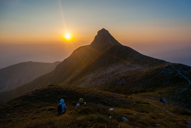 due persone ammirano un'alba sul monte sibilla