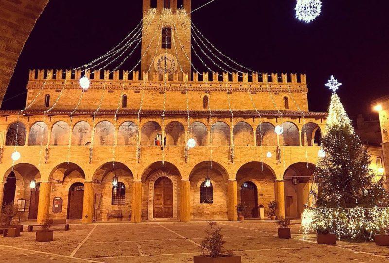 piazza di Offida illuminata per Natale