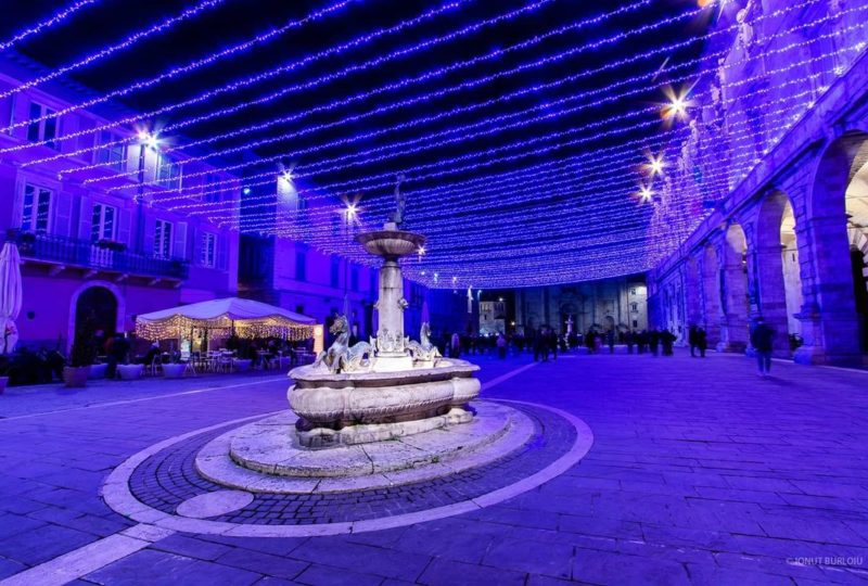 piazza di Ascoli Piceno illuminata con luci blu